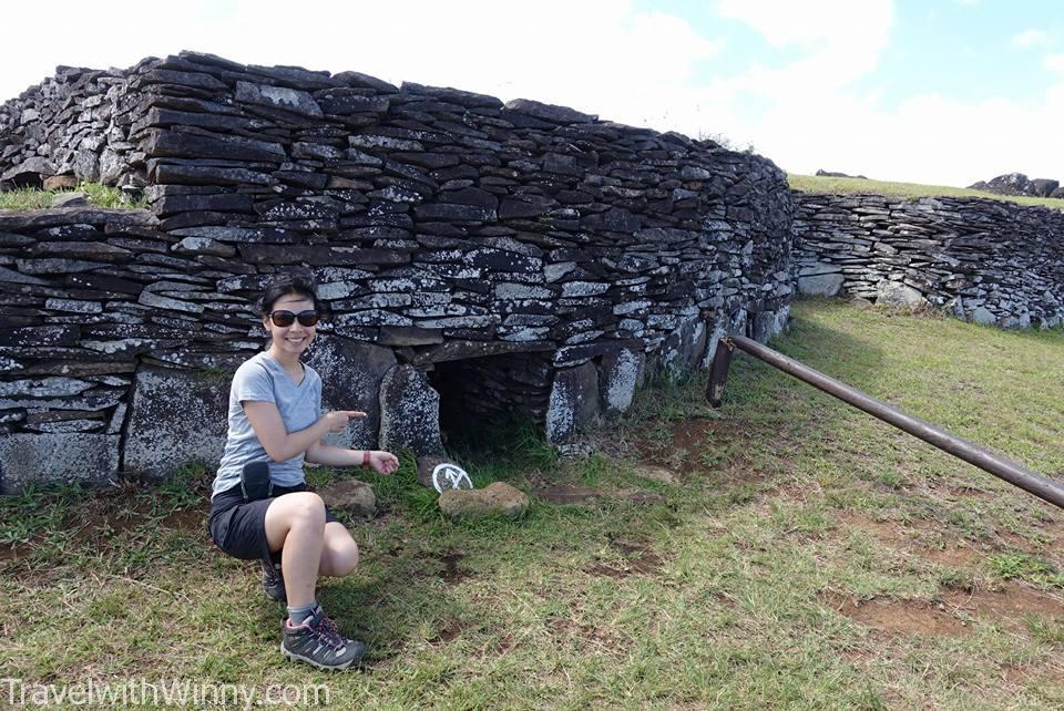 Orongo 村莊遺址的房屋洞口真的很小.