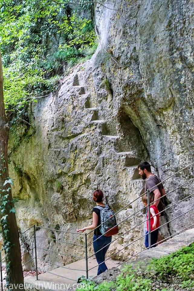 看到牆壁上的階梯了嗎? 那些都是以前觀光客走的道路. 後來重新修建後才變成比較老少咸宜.