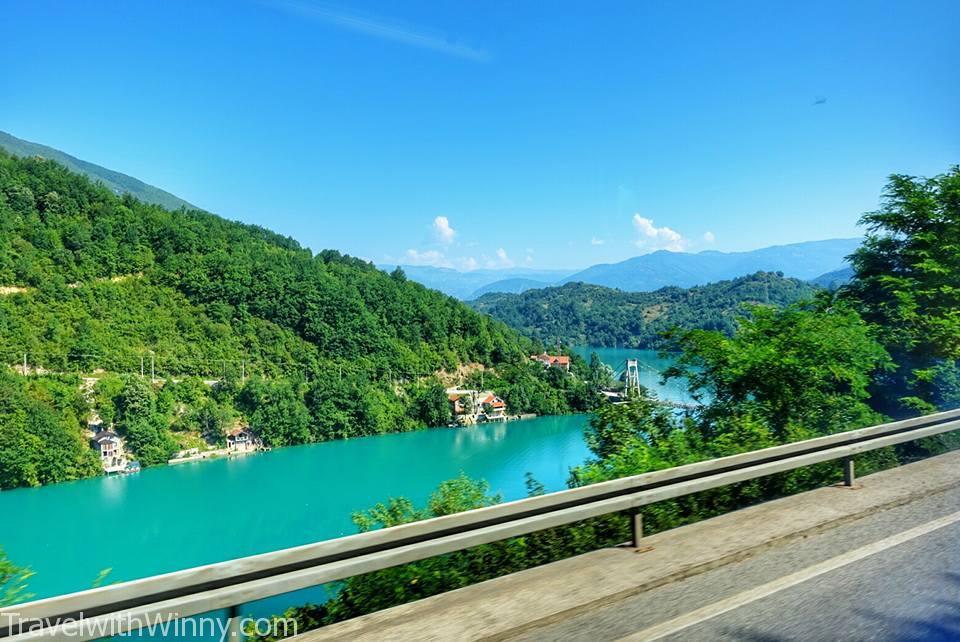 這就是為什麼我很喜歡波士尼亞, 只要出市區河流都是碧綠!