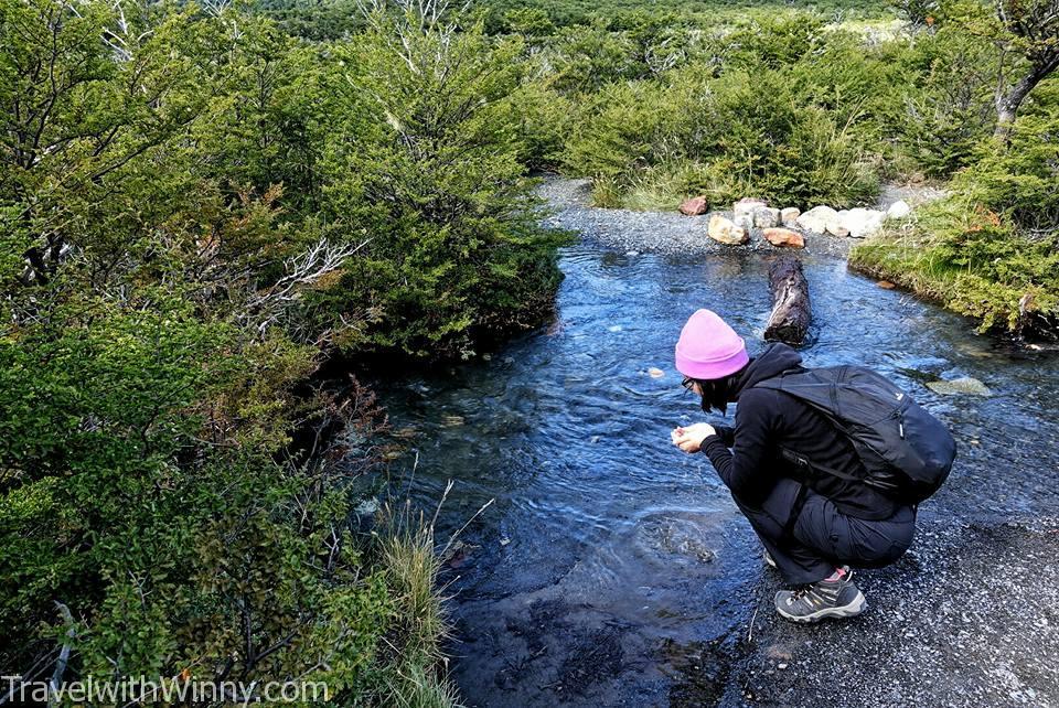 大家經過這個小溪, 都忍不住裝水來喝.