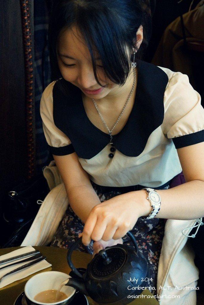 lady pouring tea 倒茶