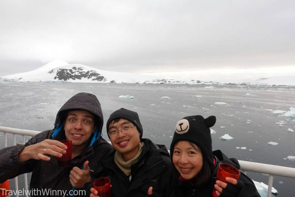世界上有哪個餐廳擁有這麼棒的戶外座位呢? 南極冰山就在後面!