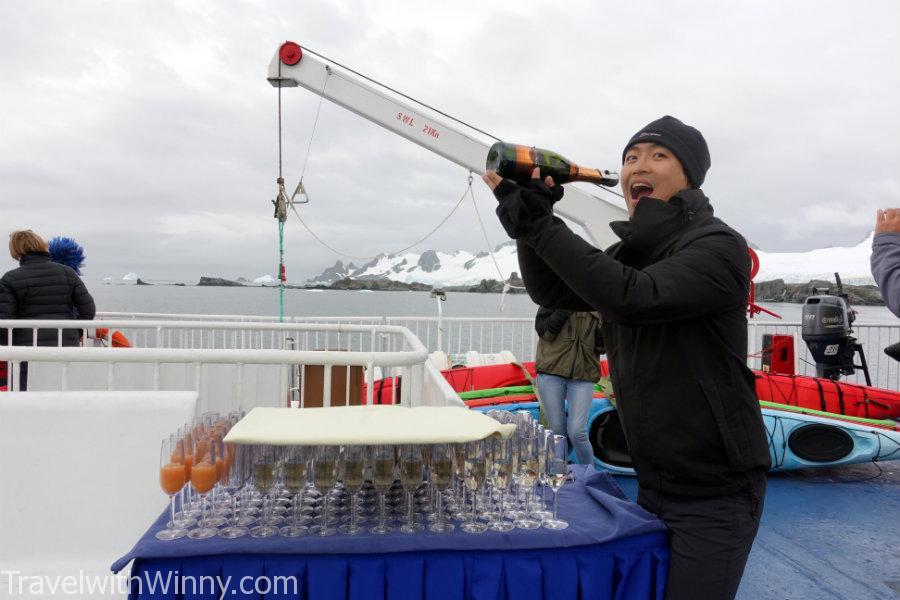 一堆香檳等我們全部回船慶祝!