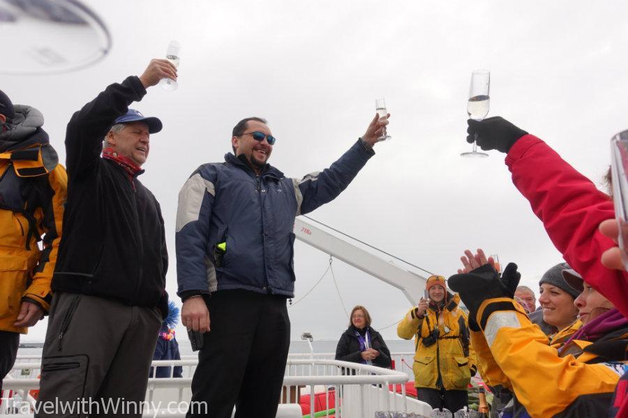 船長以及船醫生慶祝這次南極旅行圓滿結束!