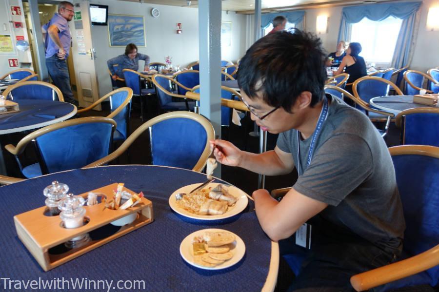 可憐的York等大家都吃完午餐後, 才到餐廳看看有甚麼剩下的食物可以填胃.