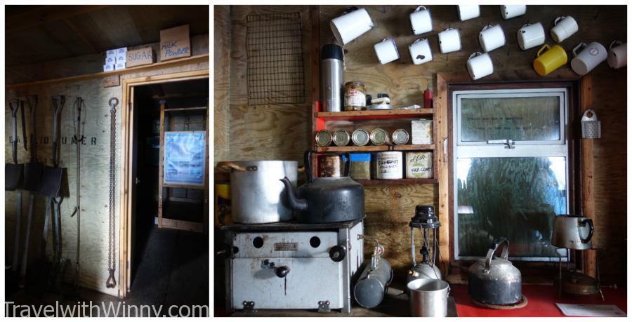 英國的小木屋可以進去裡面參觀, 可以發現裡面還有許多乾糧可以以後吃.